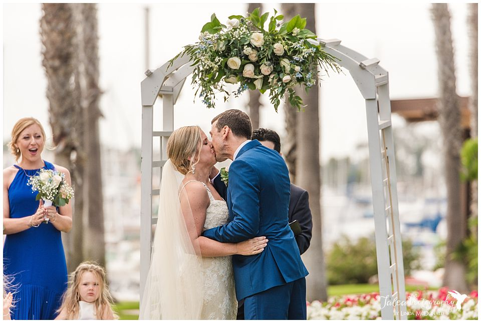 first-kiss-bride-groom-by-alter