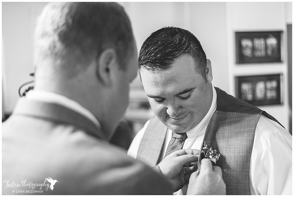 groomsmen-helping-other-groomsmen-with-boutonniere